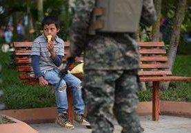 Un soldado hondureño vigila en un parque en el municipio de Marcala, departamento La Paz, fronterizo con El Salvador. (Foto Prensa Libre: AFP).