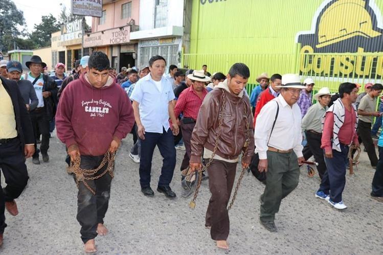 Los dos sujetos que fueron azotados en Santa Cruz del Quiché. (Foto Prensa Libre: Héctor Cordero).