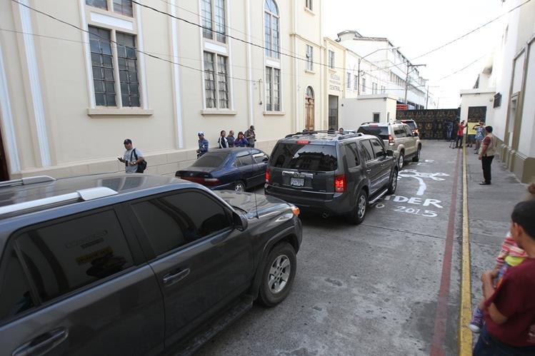 Funcionarios ingresan por el callejón Manchen a Casa Presidencial, la tarde del domingo. (Foto Prensa Libre: Hemeroteca PL)
