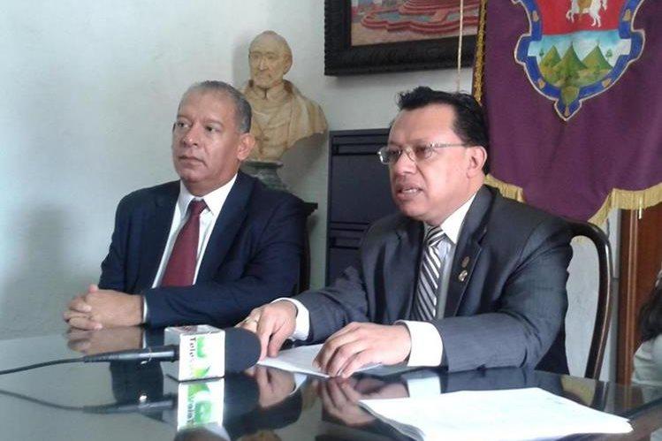 El alcalde en funciones de Antigua Guatemala, Édgar Francisco Ruiz Paredes -derecha-, es señalado de varios delitos. (Foto Prensa Libre: Municipalidad de Antigua)