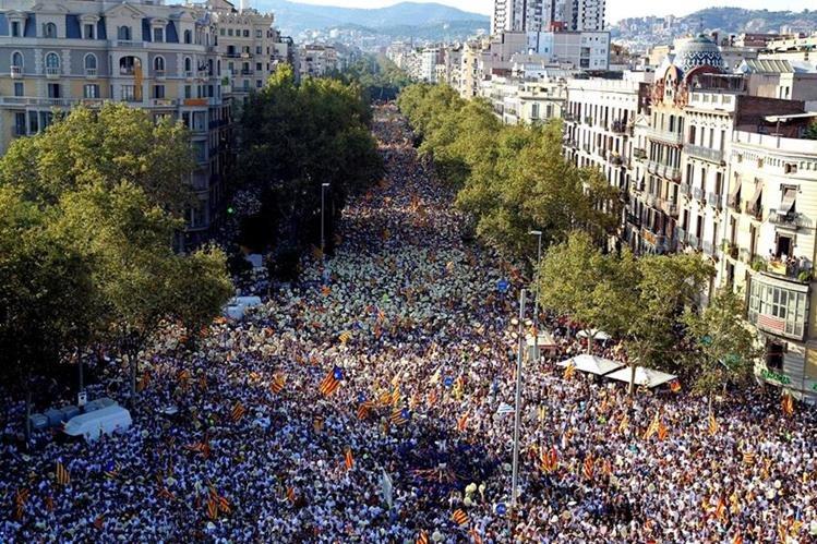Grandes marchas en Barcelona para exigir idependencia. (Foto Prensa Libre: AFP)