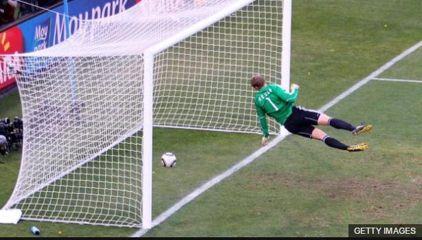 El gol que nunca fue. El portero alemán Manuel Neuer observa como el balón entra en su portería, pero el tanto ni fue validado.