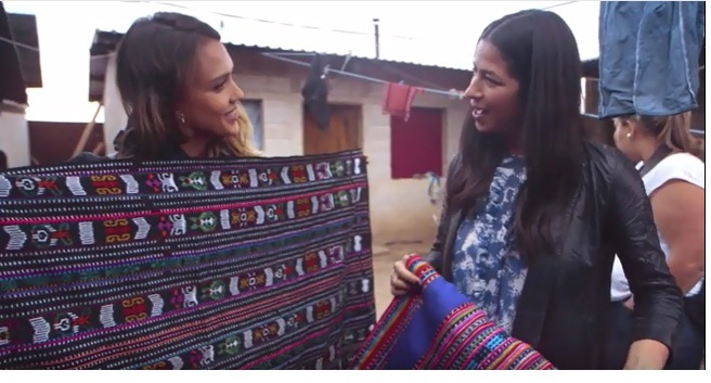 La actriz estadounidense recorrió varios sitios del país para conocer los textiles guatemaltecos. (Foto Prensa Libre: Tomada de video)