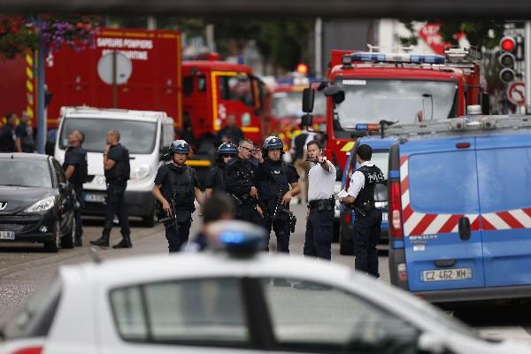Fuerzas de seguridad francesa llegan a los alrededores de la iglesia atacada.(Foto Prensa Libre:AFP).