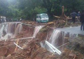 El desborde del río Chojil, en La Democracia, Huehuetenango, causó daños en la carretera. (Foto Prensa Libre: Mike Castillo)