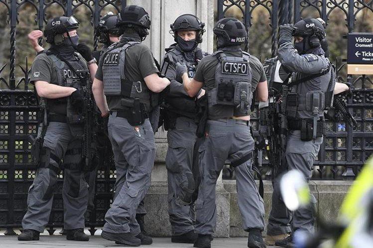 Autoridades investigan ataque armado en Londres, en el que se han reportado al menos una docena de heridos. (Foto Prensa Libre: Facebook)