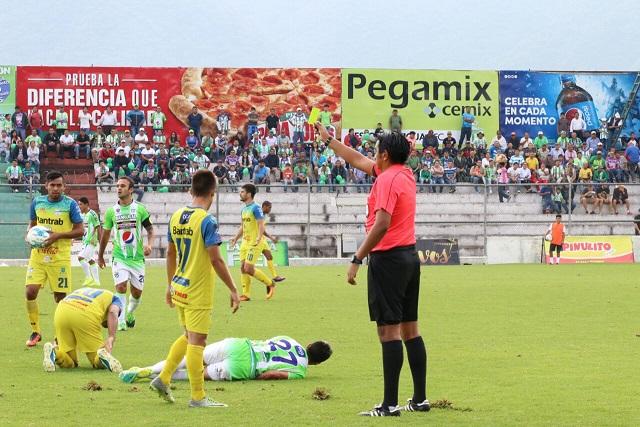 """El árbitro Éver López considera la jugada del """"Moyo"""" Contreras y Roger Bastos como fortuita. (Foto Prensa Libre: Renato Melgar)"""
