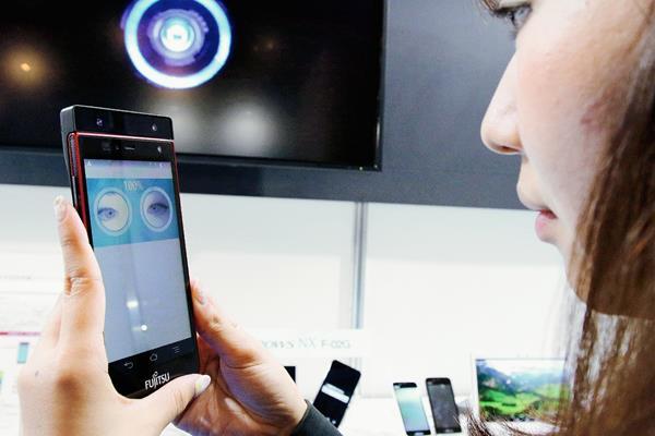 El uso de Internet a evolucionado con los años, ahora están al alcance de la palma de la mano a através de los dispositvos como ´teléfonos inteligentes, Computadoras portatiles, Tablets y Ipad. (Foto Prensa Libre Agencia AFP).