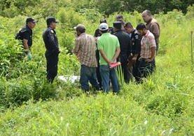 Autoridades y vecinos encuentran cadáver de niña de 2 años, desaparecida luego de la muerte violenta de su madre, en Sayaxché, Petén. (Foto Prensa Libre: Rigoberto Escobar)