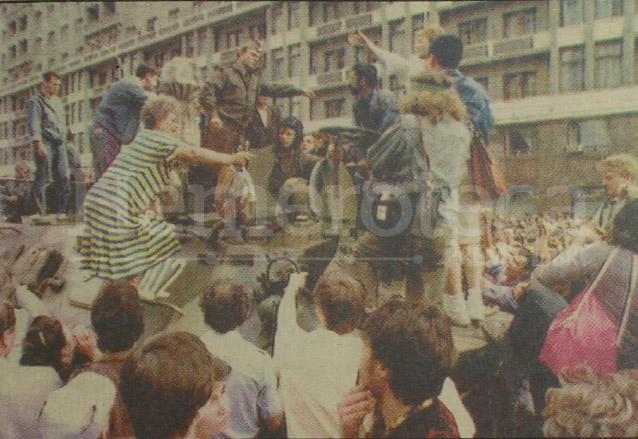 Ciudadanos moscovitas saludan mientras viajaban en vehículos blindados, tras la noticia de que Gorbachov había sido sustituido. (Foto: Hemeroteca PL)