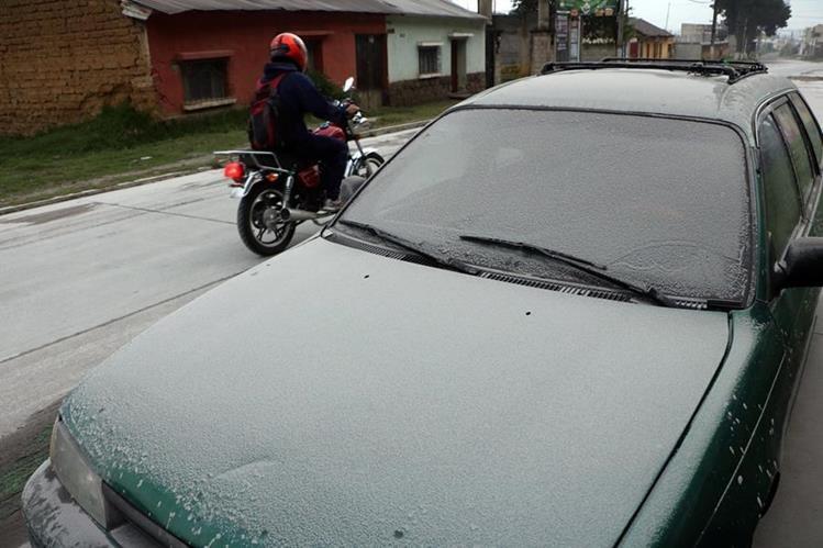Varias zonas de la Ciudad de Quetzaltenango registran caída de ceniza volcánica. (Foto Prensa Libre: Carlos Ventura)