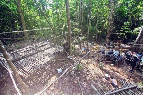 Localizan campamento de inmigrantes en el que se hallaron restos humanos, cerca de la frontera con Tailandia, en Wang Kelian, Malasia. (Foto Prensa Libre:EFE)