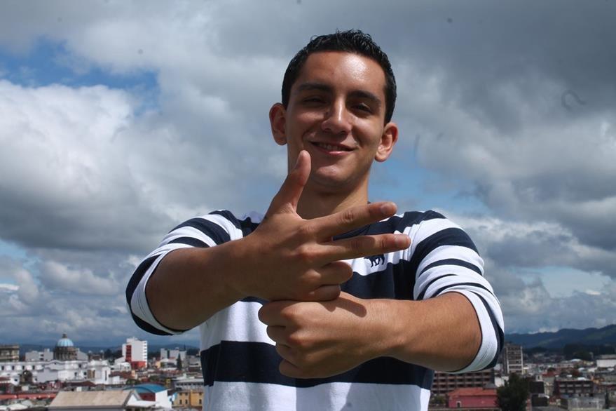 Aldana muestra cómo se dice Guatemala con lenguaje a señas. (Foto Prensa Libre: Josué León)