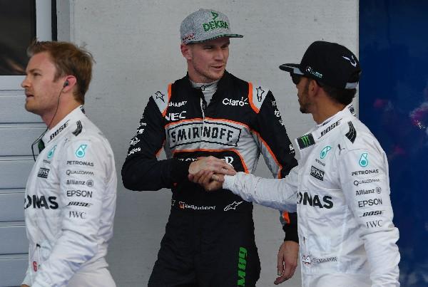 Los pilotos de Mercedes, Lewis Hamilton, derecha, y Nico Rosberg se volverán a ver las caras en el Gran Premio de Reino Unido. (Foto Prensa Libre: AFP)