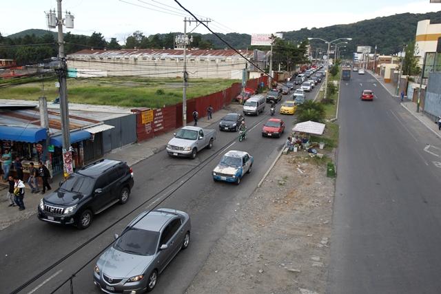 Largas filas de vehículos se registran a diario en el bulevar El Naranjo, en especial en horas pico. (Foto Prensa Libre: Paulo Raquec)
