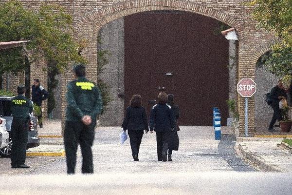 Isabel Pantoja, custodiada por dos mujeres, ingresa a la prisión Alcalá de Guadaíra. (Foto Prensa Libre: AFP)