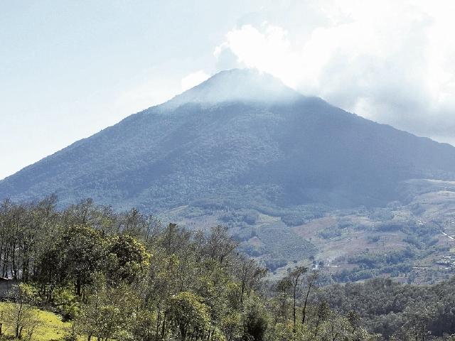 Vista del  Volcán de Acatenango desde el camino hacia el municipio del mismo nombre.