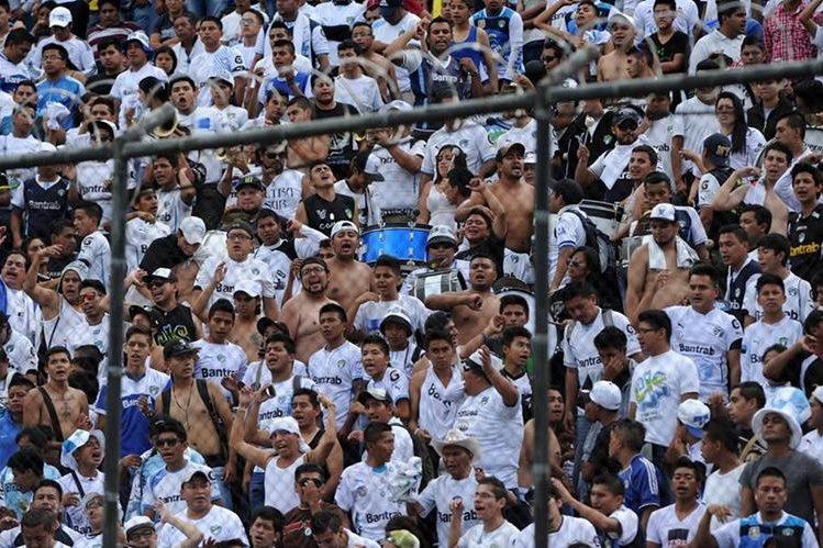 Los aficionados de Comunicaciones presenciaron el triunfo de su equipo en el estadio de la zona 5. (Foto Prensa Libre: Óscar Felipe)