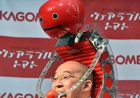 """Un empleado Kagome de Japón muestra el """"Tomachan"""". (Foto Prensa Libre: AFP)"""