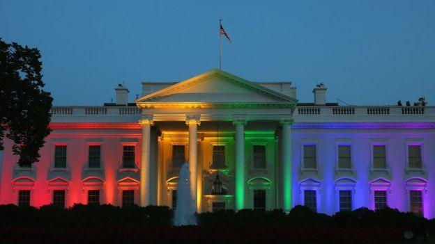 En el 2015, la Casa Blanca se iluminó con el arcoíris que representa a la comunidad homosexual tras la aprobación del matrimonio igualitario por la Corte Suprema. (GETTY IMAGES).