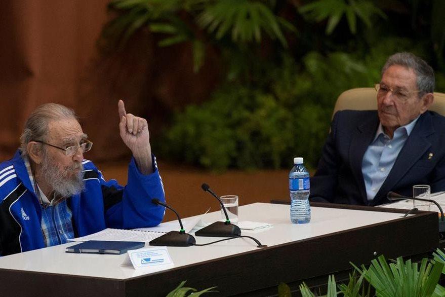 Fidel Castro (izquierda), junto a su hermano Raúl Castro (derecha), durante la convención del Partido Comunista. (Foto Prensa Libre: AFP).