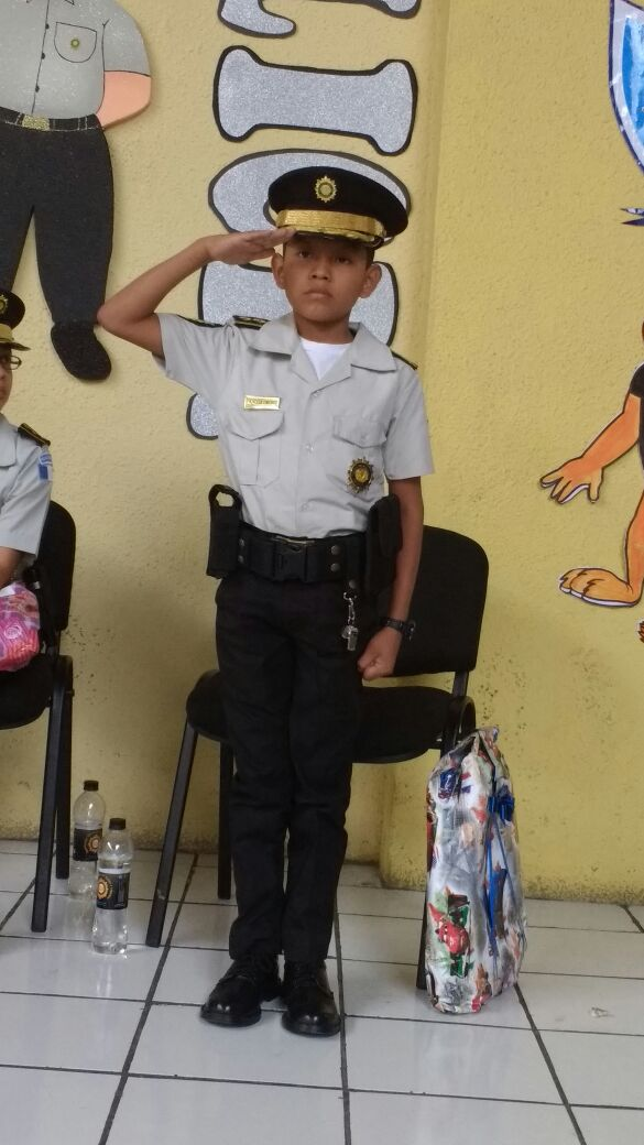 Anderson Sánchez, originario de Petén, fue electo Niño Director General de la PNC. (Foto Prensa Libre: cortesía)
