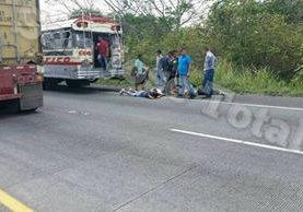 Presuntos delincuentes son retenidos por pasajeros en el km 70 de la ruta a Puerto Quetzal, Escuintla. (Foto Prensa Libre: Facebook San José Total)