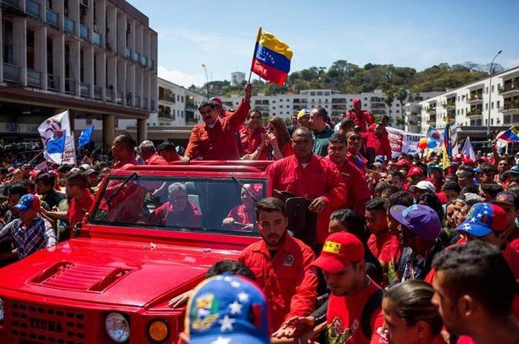 Maduro (c), saluda a simpatizantes a su llegada a la sede del Consejo Nacional Electoral (CNE) en Caracas. (EFE).