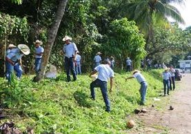 Estudiantes de Retalhuleu participan en la jornada de limpieza en la zona urbana. (Foto Prensa Libre: Rolando Miranda)