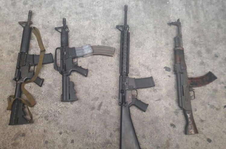 Los fusiles que la Policía decomisó a los pandilleros en la capital.
