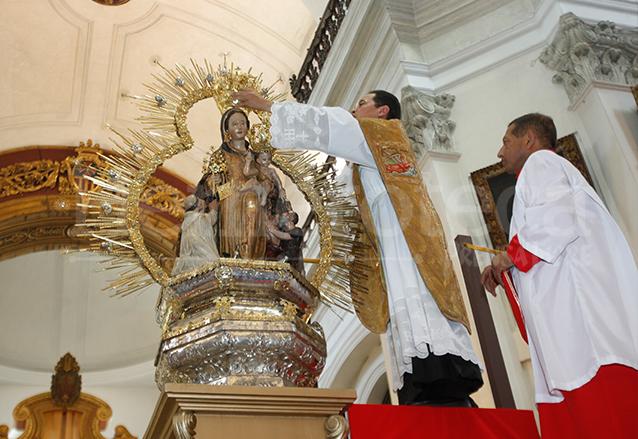 El 31 de marzo de 2013, Domingo de Resurrección, la Virgen de La Merced fue coronada por el párroco Orlando Aguilar, tras haberse restaurado su corona luego de un lamentable robo. (Foto: Hemeroteca PL)