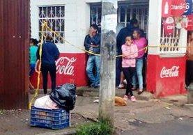 Vecinos de Villa Nueva indignados por el hallazgo. (Foto Prensa Libre: Bomberos Municipales Departamentales).