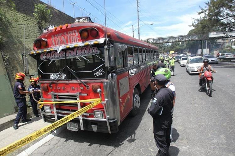 Benjamín, un joven de 18 años, murió a balazos cuando conducía el bus de la ruta 36, por el Anillo Periférico. (Foto Prensa Libre: Érick Avila)