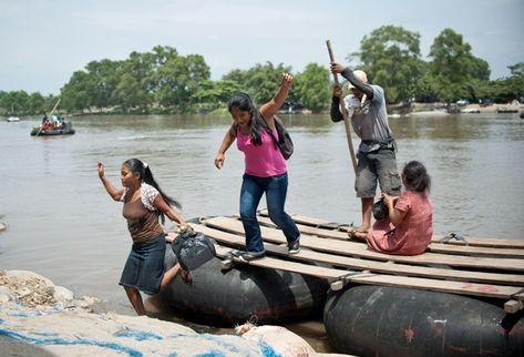 Por el río Suchiate cruza todo tipo de mercancía, toda ilícita, entre Guatemala y México. (AFP)