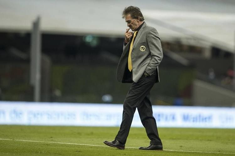 El técnico Ricardo Lavolpe ha sido duramente criticado por su fuerte carácter. (Foto Prensa Libre: AP)