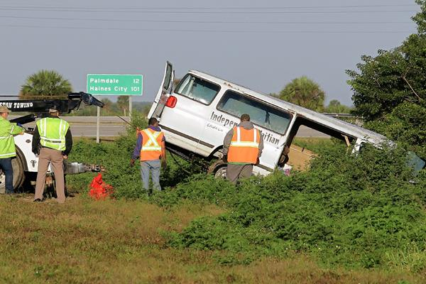 Trabajadores sacan una camioneta de un canal en de Moore Have, Florida. (Foto Prensa Libre: AP).