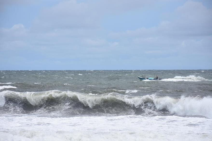 El oleaje ha aumentado en las costas de Escuintla. (Foto Prensa Libre: Enrique Paredes).