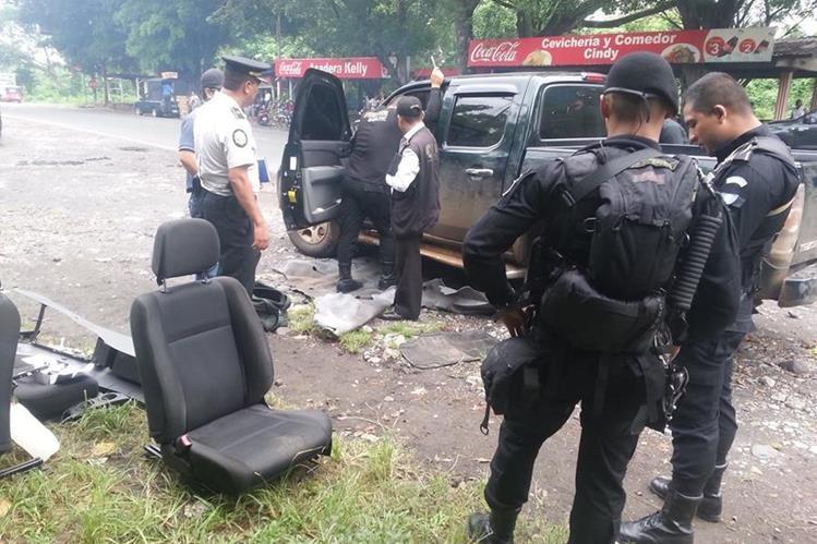 Autoridades inspeccionan vehículo que se presume transporta ilícitos, en Santa Cruz Muluá, Retalhuleu. (Foto Prensa Libre)