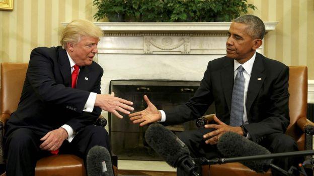 El primer encuentro entre el presidente electo, Donald Trump, y el presidente saliente de Estados Unidos, Barack Obama, no fue muy cómodo según reflejaron las fotos. (REUTERS).