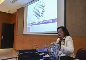 La directora fundadora de Latinobarómetro, Marta Lagos, durante la presentación del informe en Buenos Aires, Argentina. (Foto Prensa Libre: EFE).