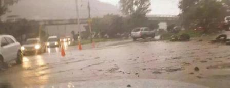En el kilómetro 13.5 de la ruta al Pacífico se produjo en deslave. (Foto Prensa Libre: @mfpelen)