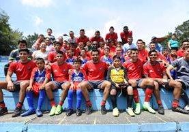 Niños del equipo FC Galaxy, de San Luis, Petén, comparten con jugadores de Municipal, este martes en el estadio El Trébol. (Foto Prensa Libre: Francisco Sánchez).