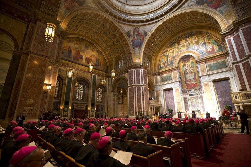 Los obispos escuchan con atención el discurso del papa Francisco que habló en italiano. (Foto Prensa Libre: AP).