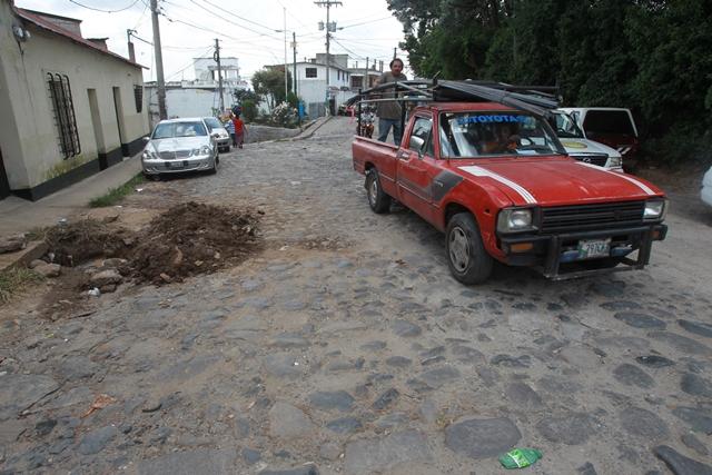 En la actualidad,  la 4a. calle de la zona 1 de Mixco está deteriorada y los automovilistas prefieren buscar vías aledañas, para evitar daños en sus vehículos. (Foto Prensa Libre: Estuardo Paredes)