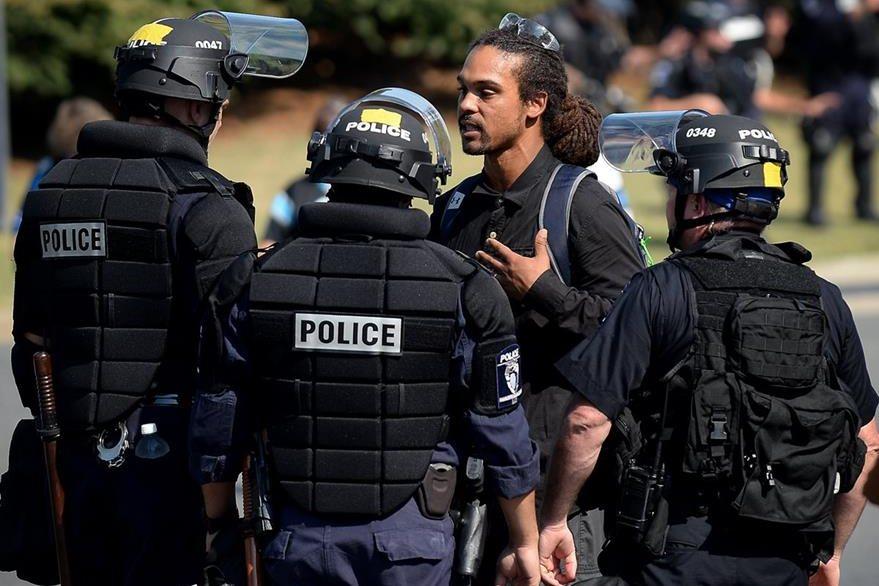 Un hombre cruza palabras con los policías que resguardaban las manifestaciones en Charlotte. (Foto Prensa Libre: AP).