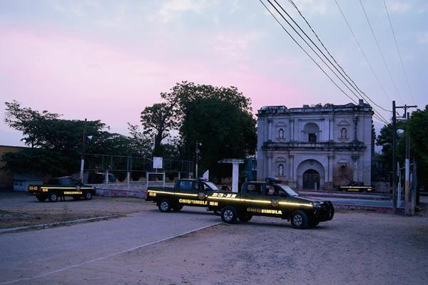 Autopatrullas de la PNC rodean el área donde fue atacado un agente policial, en la zona 5 de la cabecera de Chiquimula. (Foto Prensa Libre: Edwin Paxtor)