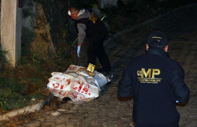 Investigadores del Ministerio Público, recolectan evidencias en el lugar donde fue hallado del cuerpo de una mujer. (Foto Prensa Libre: Renato Melgar)