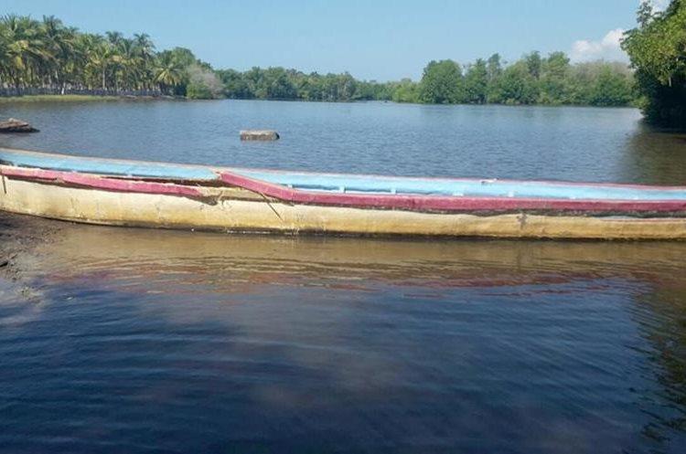 La embarcación en la que se trasladaban las personas fue impactada por otra, el conductor huyó del lugar. (Foto Prensa Libre: Rolando Miranda)