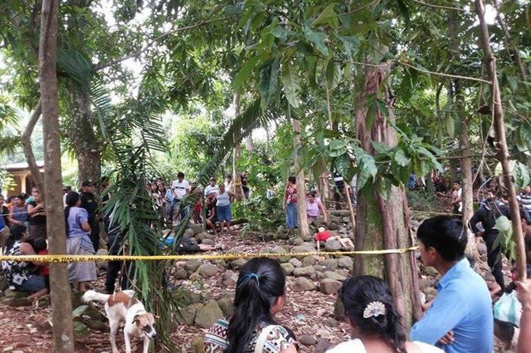 Socorristas y autoridades observan los cadáveres de los dos hermanos, en El Asintal, Retalhuleu. (Foto Prensa Libre: Rolando Miranda)