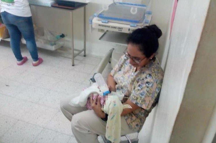 Una enfermera alimenta a uno de los bebés que fueron abandonados en la aldea Pacren, Jocotán, Chiquimula. (Foto Prensa Libre: Mario Morales)